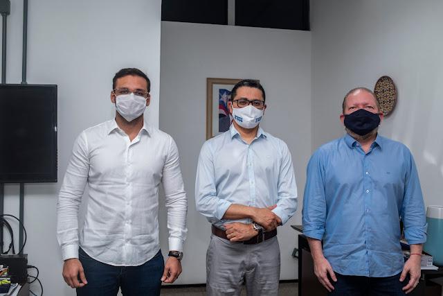 Deputados Othelino Neto e Felipe dos Pneus, ao lado do secretário Carlos Lula, após receberem a confirmação de uma Policlínica em Santa Inês