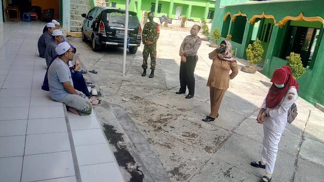 Kodim Sragen - Himbauan Babinsa Guworejo Kepada Santri/ Santriwati Terkait Covid- 19