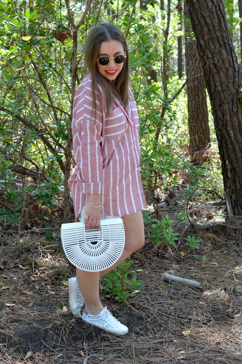 chemise rayé rose Shein, short blanc Pimkie, panier en osier blanc cult gaia, tennis à clous Pull and Bear