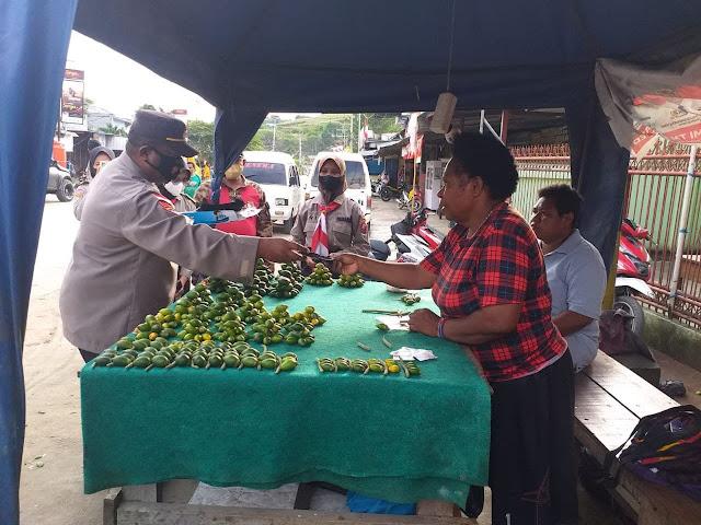 Pos PPKM Level IV Distrik Heram Himbau Protkes dan Bagi Masker ke Warga