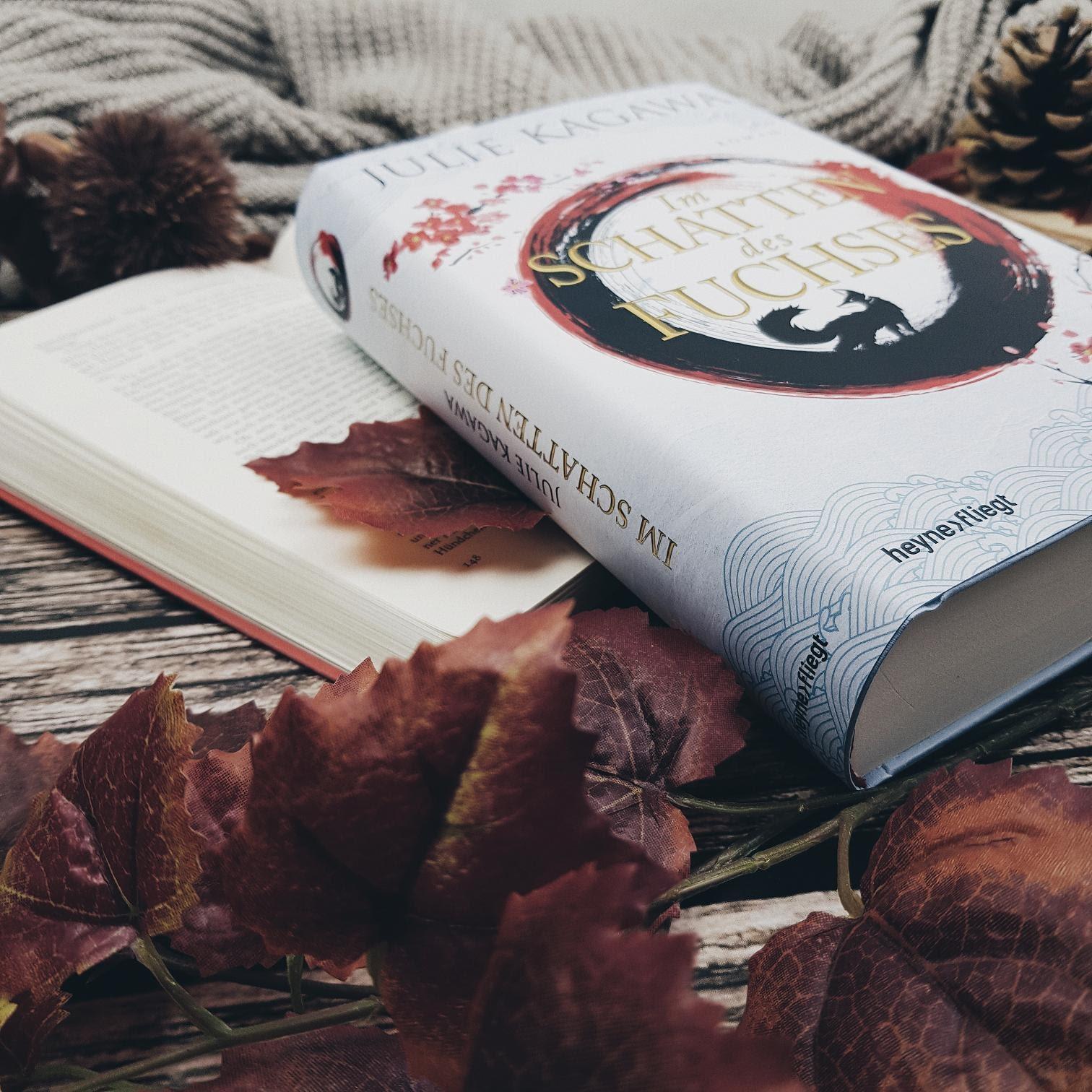 Bücherblog. Rezension. Buchcover. Im Schatten des Fuchses (Band 1) von Julie Kagawa. Jugendbuch. Fantasy. Heyne fliegt. ©Lisa B. | Prettytigers Bücherregal | prettytigerbuch