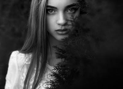 Chica en blanco y negro mirando fijamente a cámara