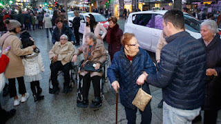 Fotografía de como los taxistas llevan a varias personas mayores a ver las luces