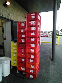 Schlechte Kennzeichnung von Transportkisten als Beispiel für die Notwendigkeit von wasserlösliche Etiketten
