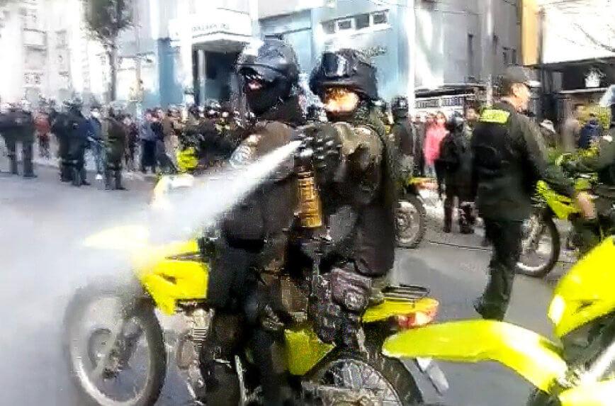 Momento de la agresión policial a la reportera del canal televisivo / CAPTURA GIGAVISIÓN