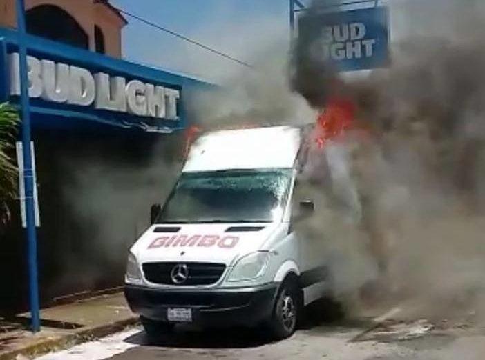 VIDEO: Cártel del Noreste rafaguea instalaciones de Grupo Bimbo e incendia tres de sus camiones por no pagar la cuota en Ciudad Victoria