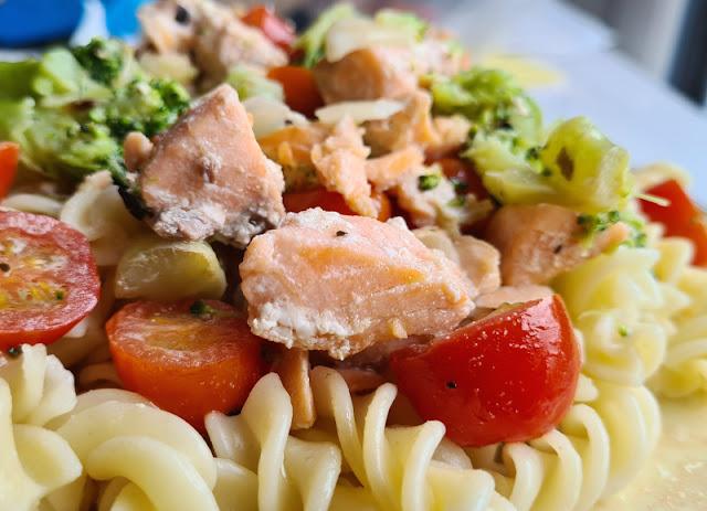 Rezept: Nudeln mit Lachs, Tomaten und Brokkoli in cremiger Sahnesoße. Ich zeige Euch auf Küstenkidsunterwegs die Zutaten und die Zubereitung in einer leichten Schritt-für-Schritt-Anleitung!