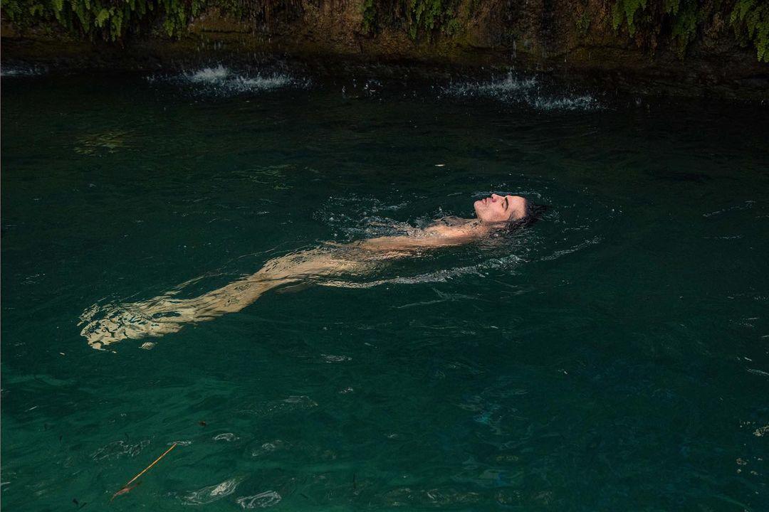 famoso desnudo en el río