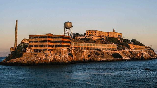Alcatraz daha önce bir liman kalesi olarak kullanılmıştı.