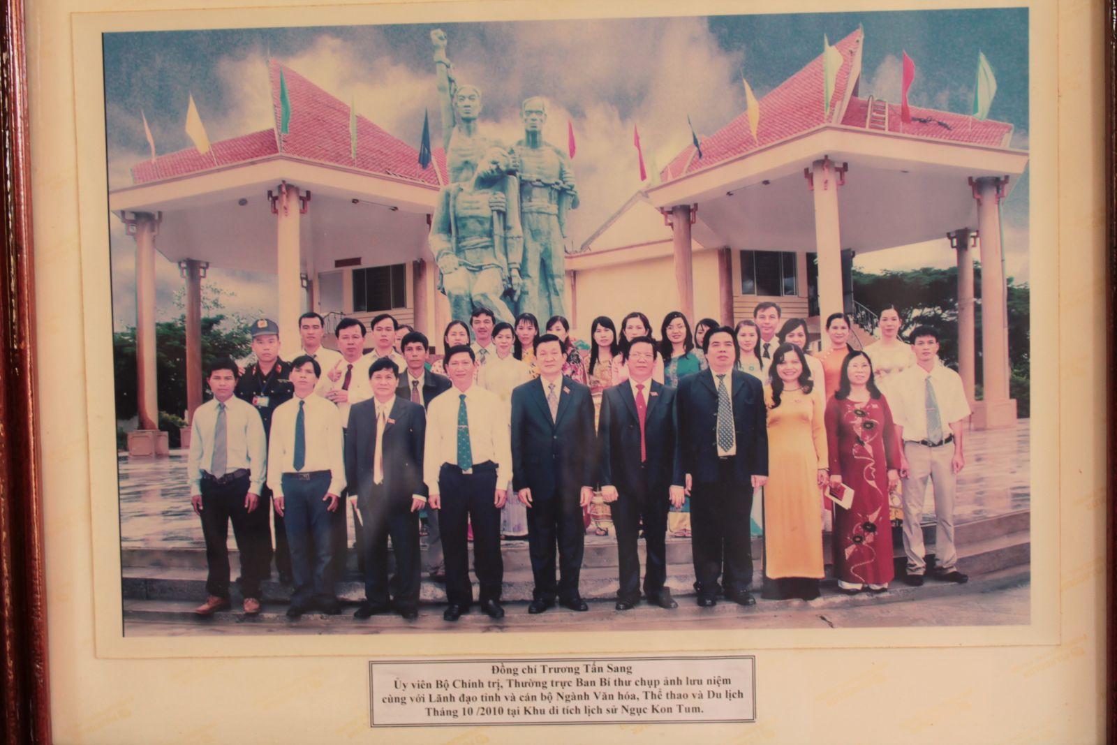 Chủ tịch nước Trương Tấn Sang viếng thăm và chụp hình lưu niệm tại khu di tích Ngục Kon Tum