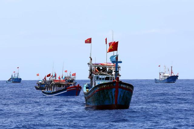 Ngư dân Việt Nam đ.á.nh b.ắ.t ở ngư trường Hoàng Sa (Việt Nam)