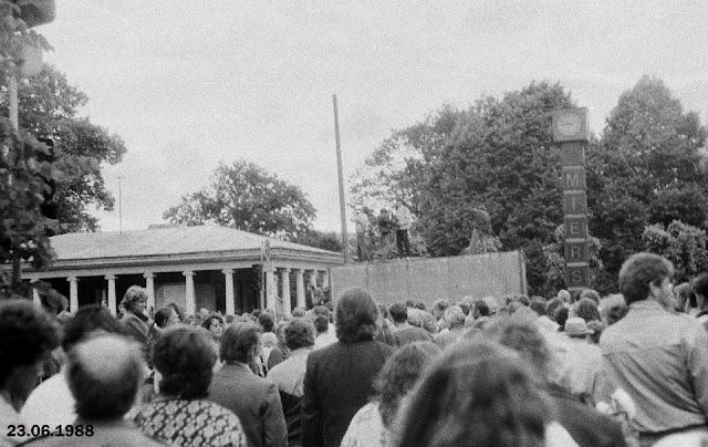 """23 июня (или 14 июня?) 1988 года. Рига. На углу улицы Ленина и бульвара Падомью возле часов """"Мир"""" и колоннадного киоска"""