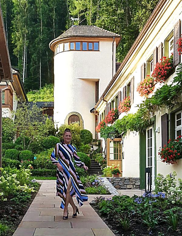 Arthurs Tochter vor Fuchsturm im Spielweg-Romantik-Hotel im Münstertal, Schwarzwald