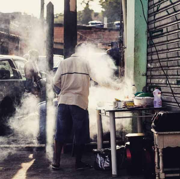 Churrasco em uma rua qualquer do Parque Taipas. Foto: Rogério / Trilha Favela