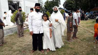 Kolonel Laut (P) Suratun, S.H. bersama Ketua Jalasenastri cabang 2 korcab VII DJA II Ny. Silvia Suratun dan Putrinya saat Ibadah Qurban