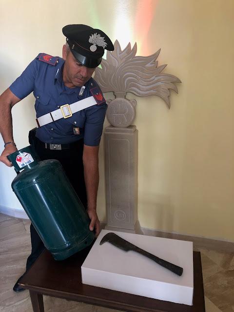San Marco in Lamis (FG), tenta una rapina e poi si barrica in casa minacciando un'esplosione con una bombola del gas, i CC arrestano un 23enne