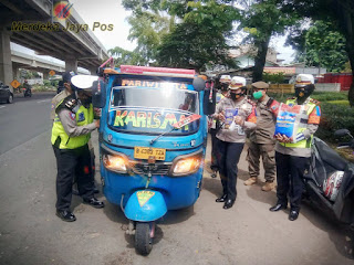 Operasi Zebra Jaya Polrestro Jaktim Bagi Masker dan Sembako