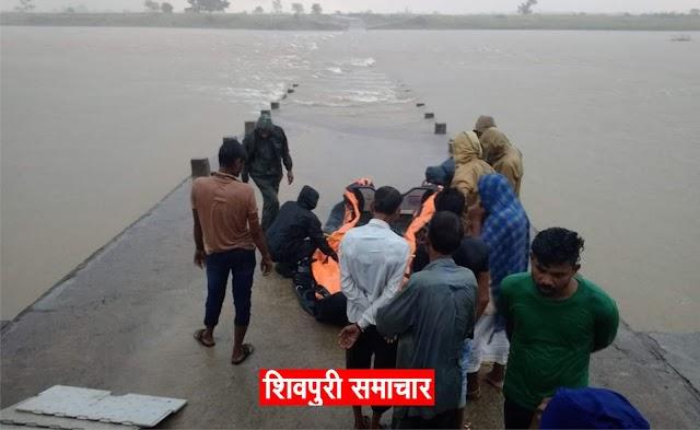 उफनती सिंध में ट्रेक्टर सहित 2 लोग बहे,1 लापता,रेस्क्यू जारी | kolaras News