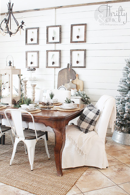 Farmhouse Christmas dining room decor and decorating ideas. Christmas tablescape decor. DIY Christmas table decor. Christmas table centerpieces. Christmas place settings