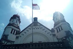 Melihat Merah Putih Berkibar di Depan Lawang Sewu Semarang