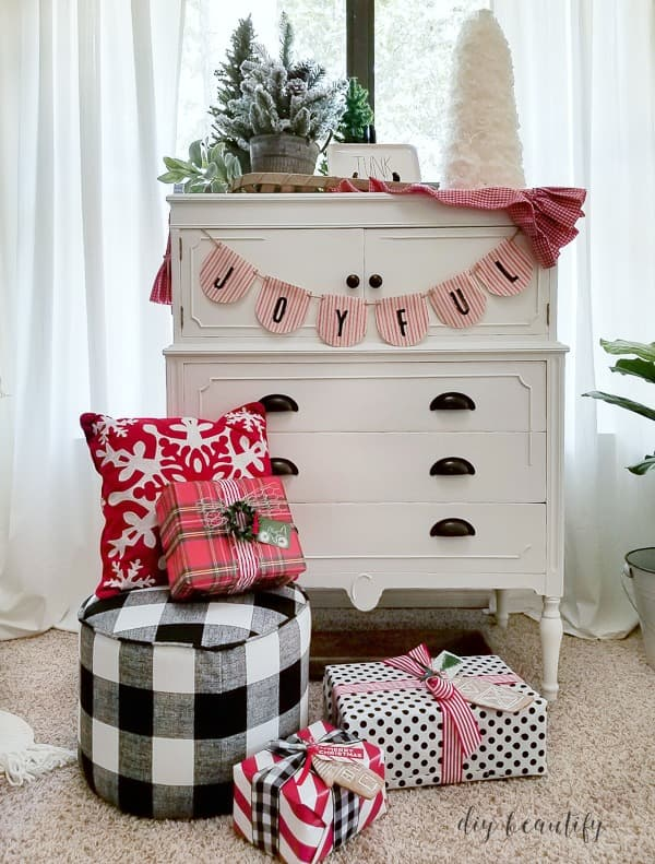 red and white cottage Christmas vignette