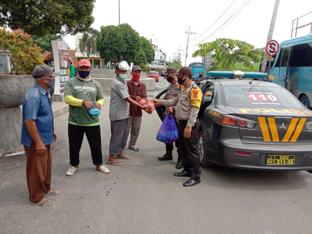 Anggota Bhabinkamtibmas Polsek Terbanggi Besar Polres Lampung Tengah berikan bantuan berupa nasi Bungkus di Seputaran Pasar Bandar Jaya