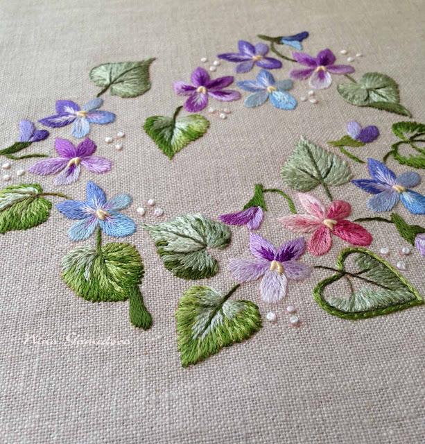 Фиалки. Вышивка декоративными швами