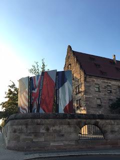 Bandeiras na fachada do Tribunal de Nuremberg