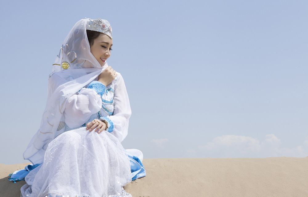 Gallery - Chinese beautiful model Liu Yan with Sexy White Dress on Desert Photo - P9