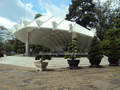 Vòm mộ được xây dựng theo hình cánh hoa sen cách điệu tượng trưng cho Đồng Tháp