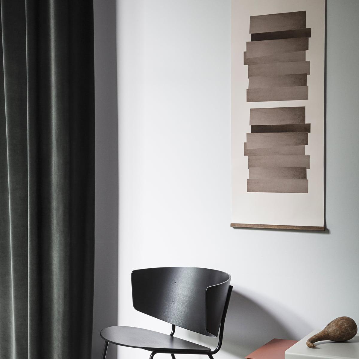 czarne krzesło z drewna