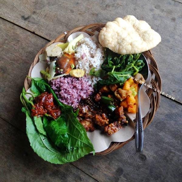 Salah satu sajian masakan khas Sunda di Kampung Sinar Resmi