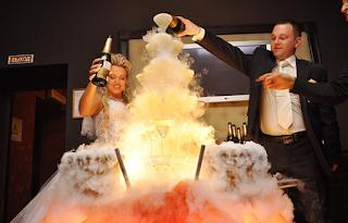 алкоголь, бармен, пирамида, праздники, свадьба, угощение, шампанское, шоу, юбилей, шоу барное, шампанское свадебное, пирамида из шампанского, пирамида на свадьбу, пирамида на юбилей, напитки алкогольные, развлечения свадебные, развлечения юбилейные, шоу для гостей, угощение для гостей, мероприятия праздничные, http://prazdnichnymir.ru/, Как сделать пирамиду из шампанского на свадьбу