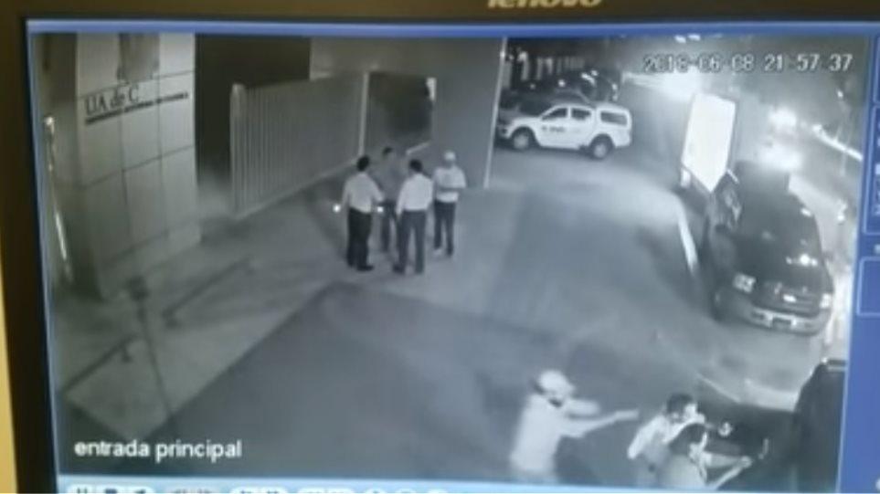 ΣΥΓΚΛΟΝΙΣΤΙΚΟ ΒΙΝΤΕΟ: Μεξικανός πολιτικός δολοφονείται εν ψυχρώ ενώ ποζάρει για selfie!