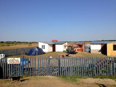 Mini pole namiotowe przy plaży w Sulinie