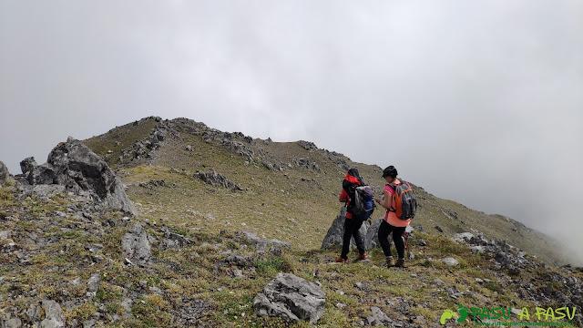 Bajando de la cima del Tapinón hacia la Vega de Valseco