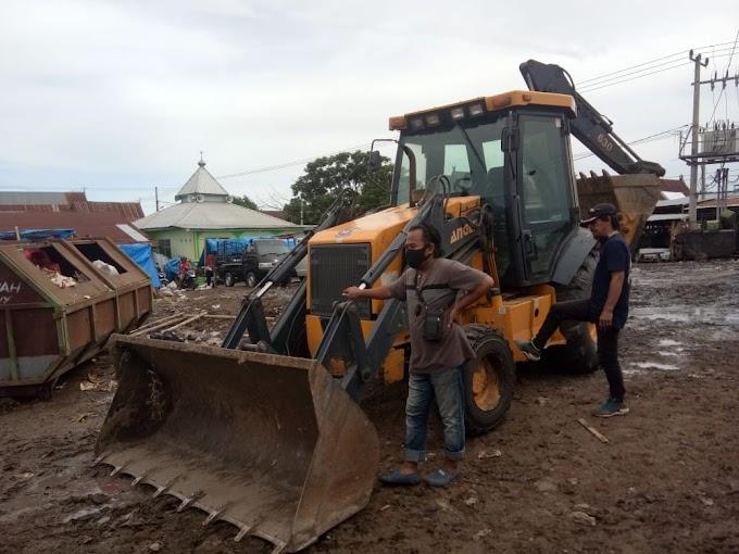 Tim Cobra dan Tokoh Pemuda Tamanroya Gotong Royong Bersihkan Tumpukan Sampah di Pasar Tamanroya