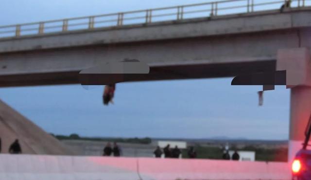 Fotos; Como en los viejos tiempos, cuelgan en puente los cuerpos de 3 hombres en Zacatecas