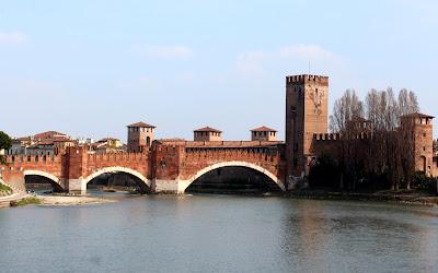 Puente de Castelvecchio sobre el río Adigio en Verona
