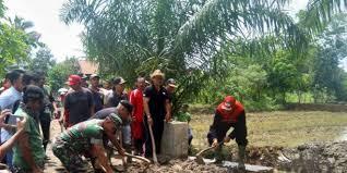 Loekman Djoyosoemarto bertemu dengan warga di kecamatan way pengubuan yang sedang melakukan gotong royong