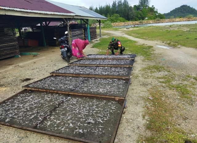 Dukung program pemerintah, Babinsa Dampingi pengrajin ikan asin