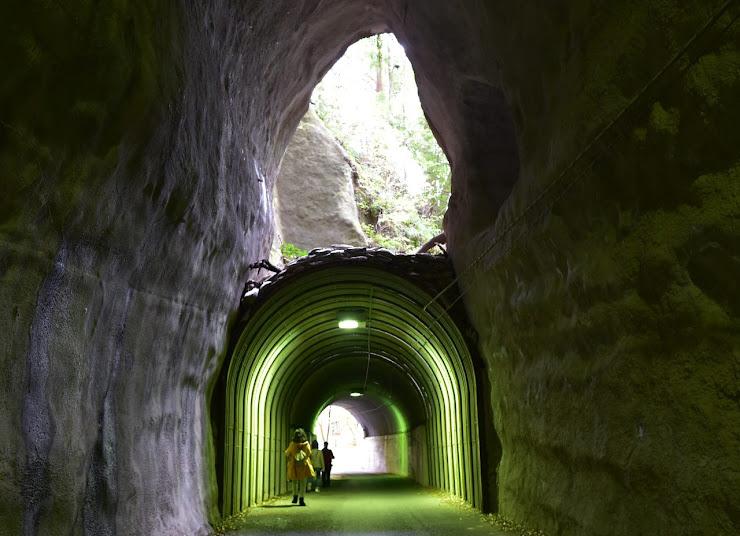 向山トンネルの内部の上に大きな穴が開いている