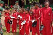 Motivasi Siswa Belajar, Prajurit TNI Berikan Hadiah Sepatu Baru