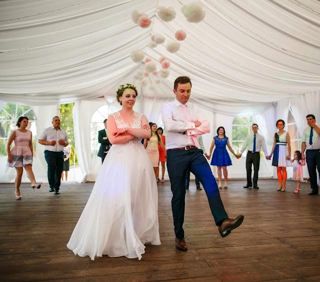 taniec, młoda para, suknia ślubna, zabawy weselne, parkiet