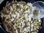 Tocanita de ciuperci cu pui preparare reteta - condimentam cu cimbru