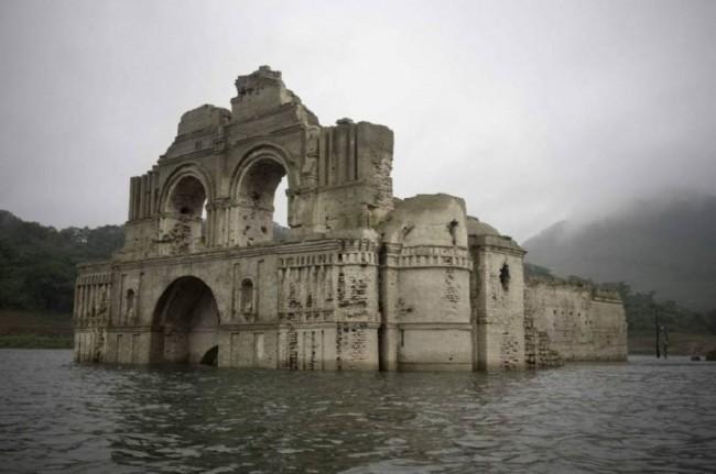 Misteri Gereja Berusia 400 Tahun yang Tiba-tiba Muncul dari Dalam Air