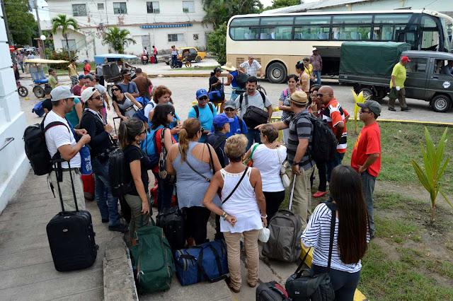 El recibimiento por los compañeros de la UPEC en la Isla, al fondo nos espera nuestro transporte, la yutong!