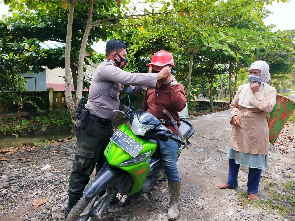 Bhabinkamtibmas Polsek Seruyan Hilir Bagikan Masker Dan Ajak Warga Taati Protokol Kesehatan