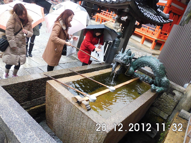 suasana disekitar kyomizudera, pengunjung meminum air suci di kuil