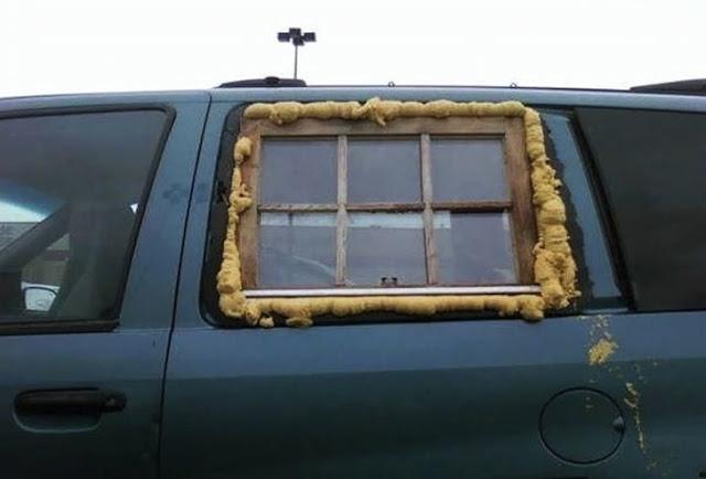شخص قام بوضع نافذة منزل مكان نافذة السيارة المحطمة